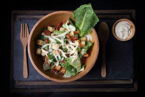 Ensalada césar con salmón, ¡te conquistará por completo! ❤ #ensaladas #ensaladaCésar #ensaladaCésarconsalmón #recetasdeensaladas #recetasdeensaladasfáciles
