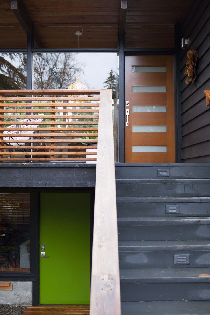 A split level entry gives access to the main level and the daylight basement.