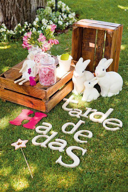 detalle en el suelo con cajas conejitos y letras fiestas