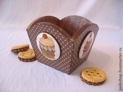 Конфетница `Кексик` (продано). Очаровательная конфетница украсит Вашу кухню и будет незаменимой во время чаепития.   Изображения сладких десертов в медальонах на каждой из сторон конфетницы.   Для сервировки стола, хранения конфет, печенья и других сладостей.