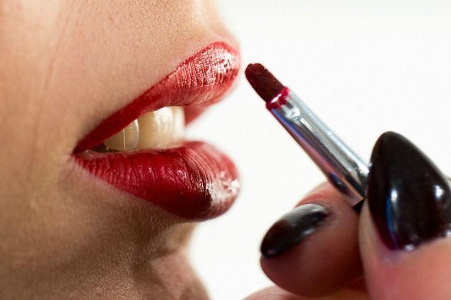 Come applicare il rossetto rosso senza sbavature (FOTO)