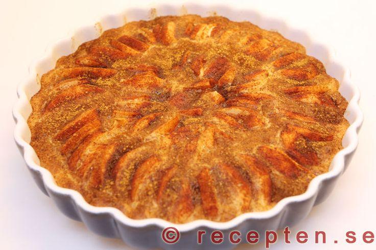 Recept på mycket god och enkel kladdkaka med äpplen. Smeten vispas ihop i en kastrull. Bilder steg för steg.