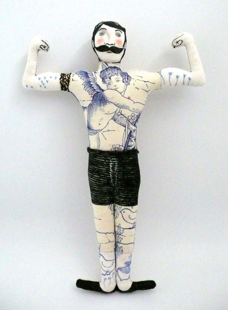 poupée textile tatouée, Le Bonhomme Musclé Tatoué,  https://www.facebook.com/clairefabrications