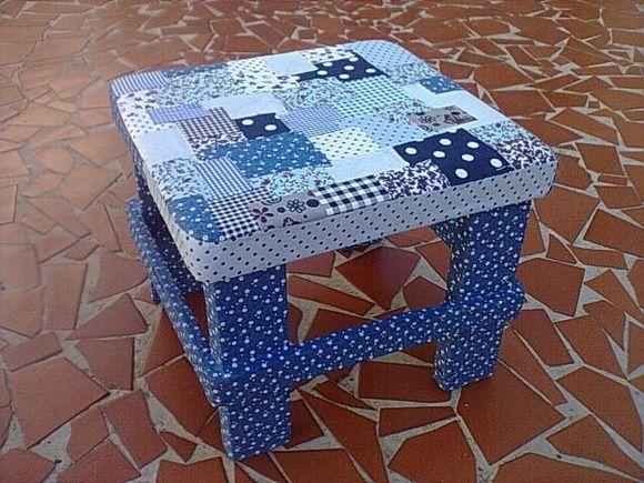 Banquinho de madeira revestido em tecido com tecnica de patchwork. Poderá ser feito na cor combinada R$ 50,00