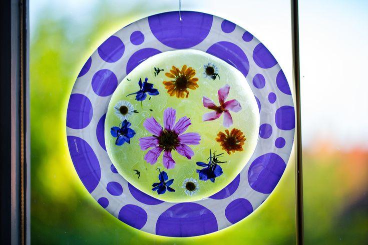 Az iskolai felszerelés beszerzésekor vettünk egy jóóóó hosszú darab öntapadós fóliát, amivel úgy terveztem majd szépen bekötöm P könyveit. Kiderült, a fóliázás nem nekem való. De ne álljon már egy ilyen jó kis cucc a szekrényben, lett belőle ablakdísz. Eredetileg ehhez a könyvhöz készültek a virágos napfogók.... #napfogó #virág #ablakdísz #DIYgyerekjáték #lakásdekoráció