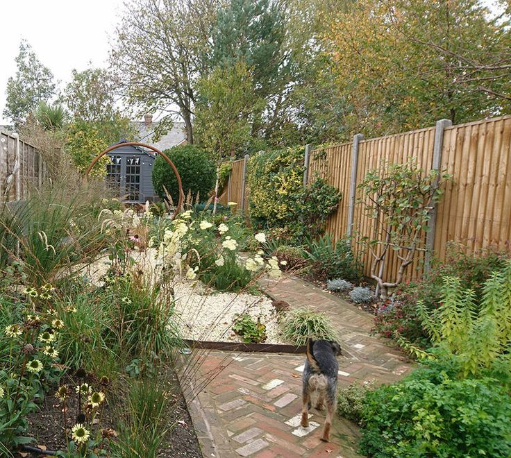 Long Narrow Garden Design Ideas: This Long Narrow Garden Has Elements Of Traditional