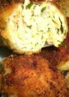 Mixez le poulet, le persil et l'oignon ensemble. Ajoutez le pain de mie imbibé de lait et m...