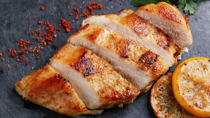 Täydellisesti paistettu kana on sisältä mehukas,  Copyright: Shutterstock. Kuva: koss13.