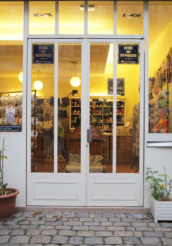 A quelques pas de la place des Vosges, se cache au fond d'une cour l'une des plus grandes merceries de Paris : l'Entrée des Fournisseurs. Ce petit paradis des coutières et autres stylistes en herbe propose un choix impressionnant de boutons, rubans, passementerie, laines, tricots, patrons et feutres… Un tourbillon de couleurs et de matières douces et pelucheuses. Avis aux amateurs (ices) ! Ouvert du lundi au samedi de 10h30 à 19h. L'Entrée des Fournisseurs 8, rue des Francs Bourgeois 75003…