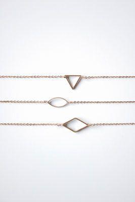Geometrische armbandjes van AEVA zijn van verguld goud +  hangertjes van messing  €35,-