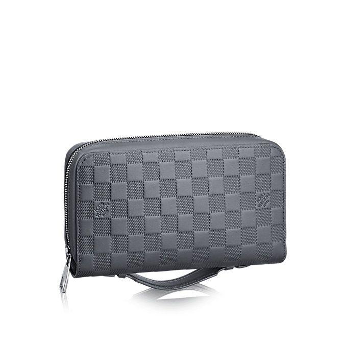 Descubra el Louis Vuitton Avenue Sling Bag Deportivo e informal, el modelo Avenue Sling Bag de piel Damier Infini es el complemento urbano perfecto. Sumamente compacto, ligero y adaptable al cuerpo, este bolso pequeño responde de maravilla a las necesidades del hombre contemporáneo en constante movimiento.
