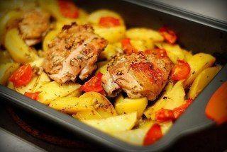 Курица маринованная в кефире, запечёная с картофелем с травами и чесноком  Ингредиенты:  - кефир - куриные бедра - картофель - травы - соль, перец - чеснок - томаты