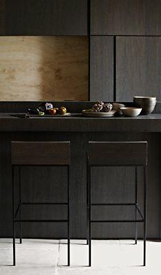 Cuisine en bois noir et crédence. Sobre et raffiné.  #kitchen #black #wood Interior design by Anne Derasse, Belgium. Photos: Jörg Bräuer.