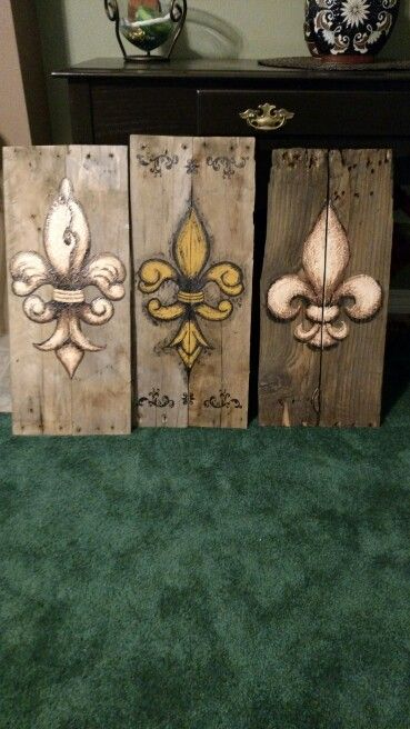 Fleur de lis painted on wood pallet board