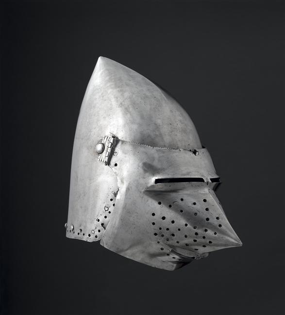 """Bacinet """"pec de passereau"""". C. 1380-1400. Paris, Musée de Cluny - Musée National du Moyen-Age Inv. nº H19."""