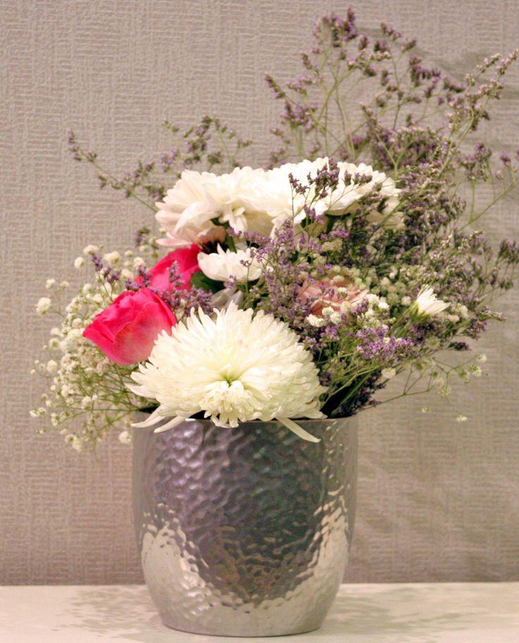 Σύνθεση με τριαντάφυλλα, χρυσάνθεμα και γυψόφυλλο