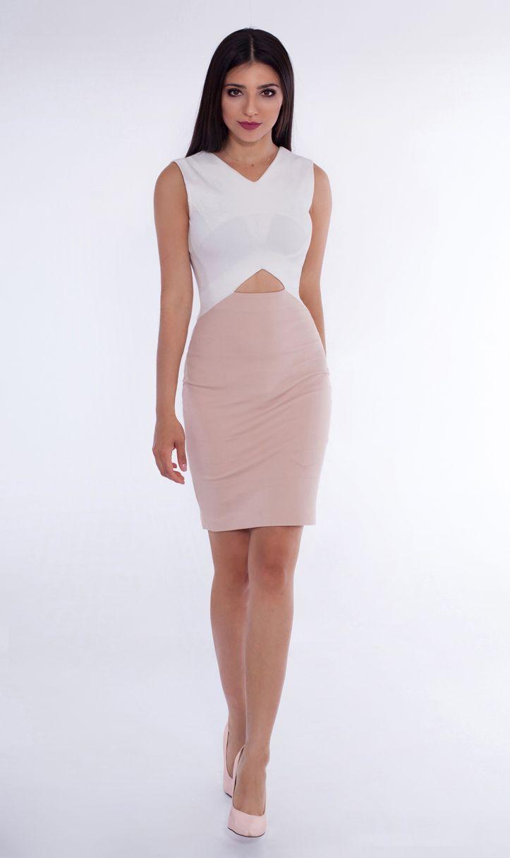 Niebagatelna sukienka ozdobiona wycięciami doskonale sprawdzi się przy każdej okazji – połączona ze stylizacjami biurowymi, doda im polotu.