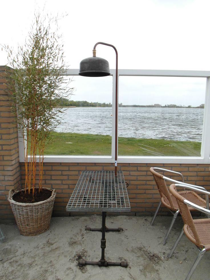 Stoere tafel met lamp. Frame  gemaakt van oude fittingen, blad van dejorooster en de lamp van een oud expansievat