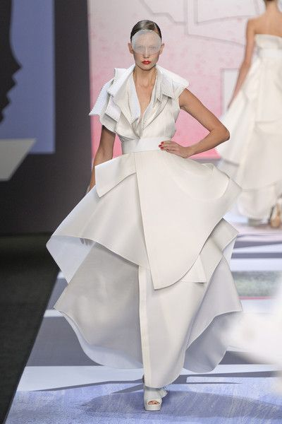 Sculptural Fashion - contours & multiplication; 3D structured dress // Viktor & Rolf