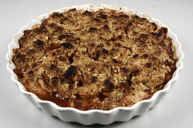 Tænd ovnen på ca. 225 grader C. alm. ovn. <BR> <BR> Bland sukker og kanel sammen til kanelsukker. Skær de syrlige æbler i tynde både og vend dem i kanelsukkeret. <BR> <BR> Smuldr havregryn, sukker