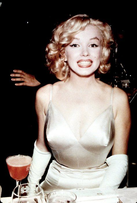 Marilyn Monroe - you never get to see her like this. Real, silly girl, not just uber-pinup chick.