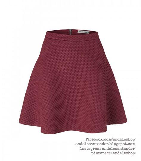 Falda ajustada a la cintura y vuelo. 34 €. Granate. tela acolchada