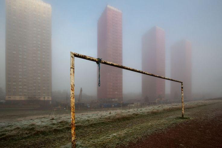 L'horizon de la ville de Glasgow s'est vu radicalement transformé lorsque des blocs de hautes tours ont été démolis et détruits. 35% des quartiers de la ville qui avaient des appartements en hauteur ont disparu. Depuis 2006, les communautés se sont dispersées à travers la ville et l'East End renaît de ses cendres via les Jeux du Commonwealth.
