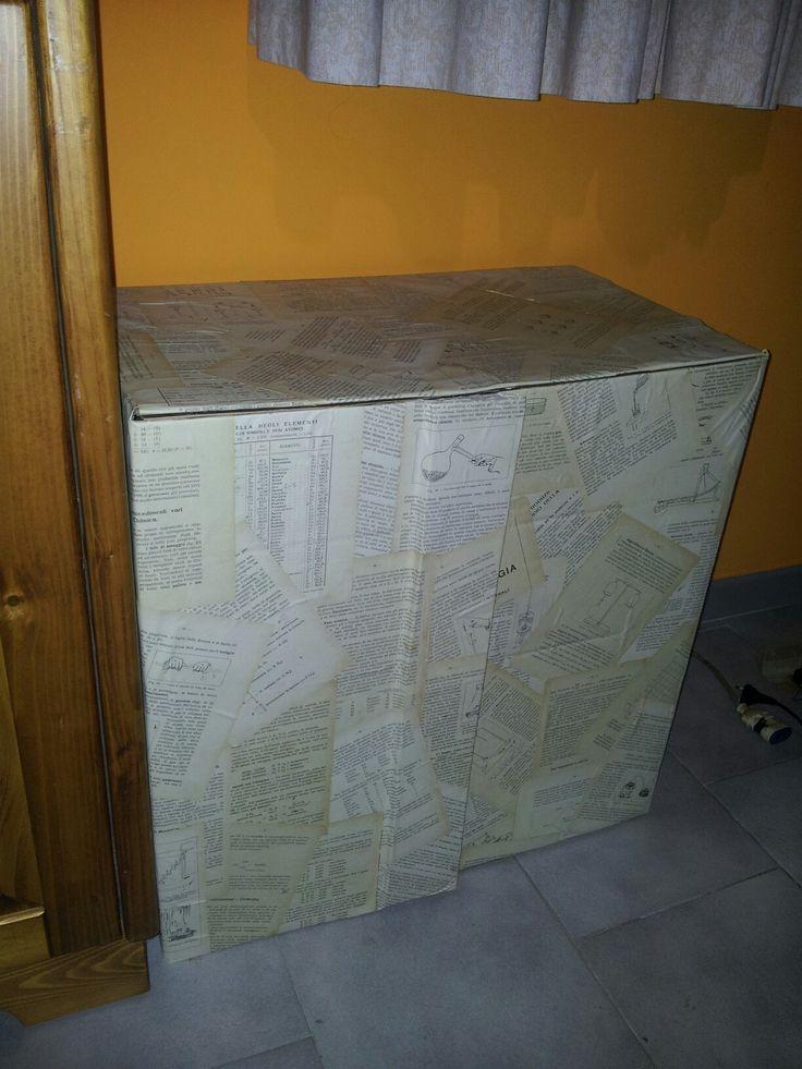 Mobiletto di cartone foderato con un vecchio libro DIY