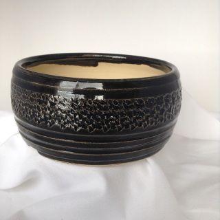 Pot bonsai   item 446 5.5 x 2.5  pouces 14 x 6.5  Cm.  Forme  rond     Poid 640 Gr. argile blanc Couleur Émail  noir  La couleur peu différée de l'image