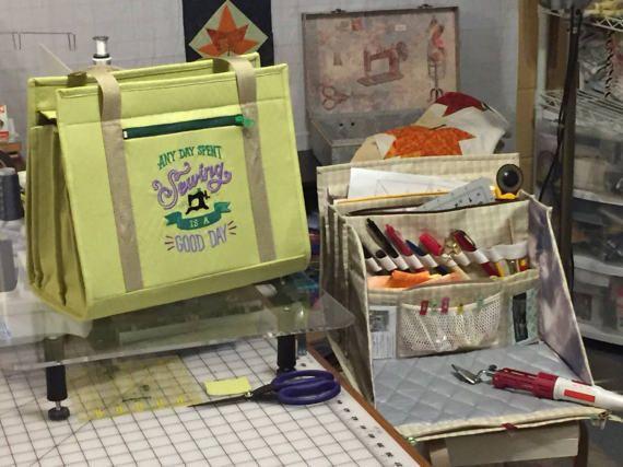 Ultieme dragen die alle tas voor quilten, naaien of enige vorm van ambachten, in kalk en paarse kleuren. Afmeting - 14 x 11 x 7  Gemaakt van 100% polyester stoffering stof (buitenkant), easy care - net vegen met een vochtige doek. Interieur - 100% katoen voor de zakken, voering, Aluminiumhoudend coating Strijkservice pad pre Gewatteerde stof. Meer gedetailleerde video op mijn Youtube-kanaal - https://youtu.be/uutpw1GUe8c  Deze elegante tas zal mooi organiseren en uitvoeren van ...