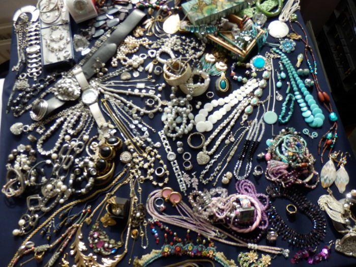 Grote collectie van ruim 220 decoratieve sieraden .  Grote collectie van ruim 220 decoratieve sieraden U koopt alles wat U op de foto's ziet inclusief handbeschilderd sieradenkistje . zilveren ketting met hanger en bijpassende oorbellen met blauwe steentjes . Zilveren hanger en zilveren oorbellen met pareltjes Broches ringen kettingen oorbellen armbanden ect. Veel turquoise items waaronder 2 armbanden oorbellen en een mooi collier. 2 kettingen van Hematiet. Veel complete sets. Mooie armband…