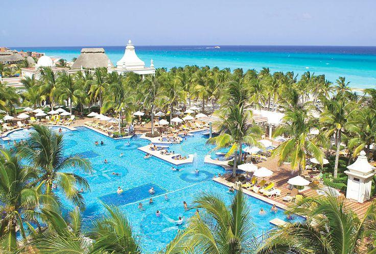 Tasokas Riu Palace Riviera Maya sijaitsee rannalla Playacarin hotelli- ja huvila-alueella. Kaunis, puistomainen piha allasalueineen ulottuu hienohiekkaiselle rannalle asti. All inclusive -hotellissa on runsaasti vapaa-ajan ohjelmaa ja rannalla on hyvät vesiurheilumahdollisuudet. #Meksiko #Playadelcarmen
