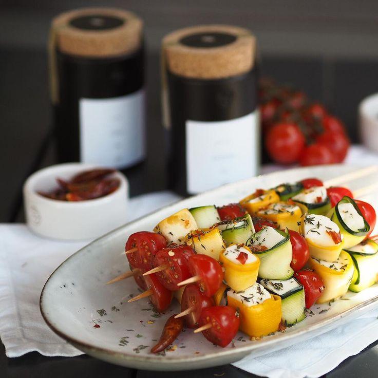 feurige Halloumi-Spieße mit Zucchini und Tomate