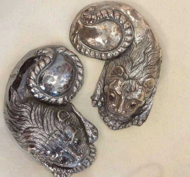 Пара серебряных Кошки ЦЕНА:Цена договорная Дата изготовления:1850-1880 МАТЕРИАЛЫ: серебро, сапфир камни ВЫСОТА:1.5 в. (4 см) Ширина:5 в. (13 см) ГЛУБИНА:7 в. (18 см) Дилеру компании:Сарасота, Флорида