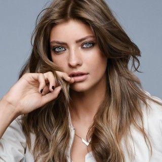 """Von Natur aus braune Haare wirken mit einer leichten Tönung besonders sexy. Mit """"Deep Shading"""" verschmelzen die Nuancen braun und blond zu einem eleganten Finish.  Hier herausfinden: Wie heißt..."""