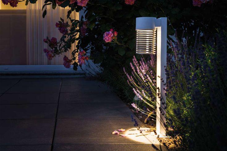 Dunkle Wege z.B. zur Haustür benötigen Licht zur Orientierung. Pollerleuchten bieten nicht nur eine sichere Beleuchtung, sondern setzen auch Highlights im Garten. Foto: Paulmann