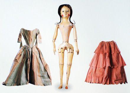 """В начале XVIII века их сменили так называемые """"куклы королевы Анны"""", с более пропорциональным телосложением и более индивидуальными чертами лица.Вот они уже были полностью шарнирными."""