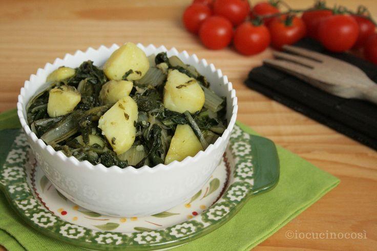 La minestra verde con patate è un primo piatto a base di verdure passate in padella con aglio e peperoncino, semplice e rustico ma molto gustoso.