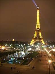 A kivilágított Eiffel torony