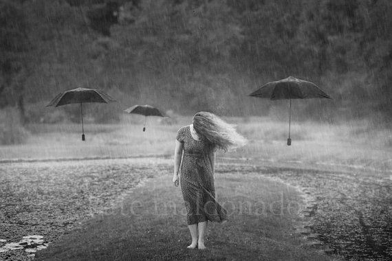 Choisir la pluie  surréaliste noir et blanc par KateMaldonado