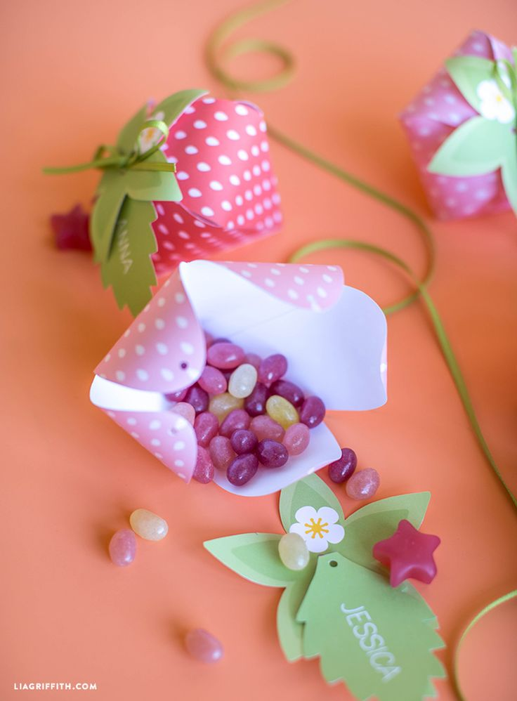 We are embracing every aspect of summer, and as an homage to one of our favorite berries, we created these absolutely adorable strawberry treat boxes.
