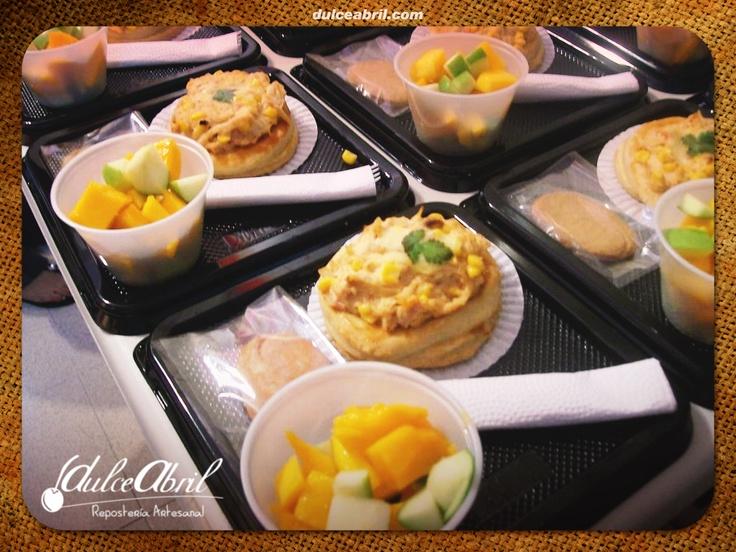Desayunos (Volován relleno con pollo y champiñones, porción y de fruta).