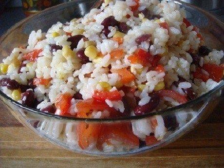 Салат из риса, красной фасоли, кукурузы и помидоров черри
