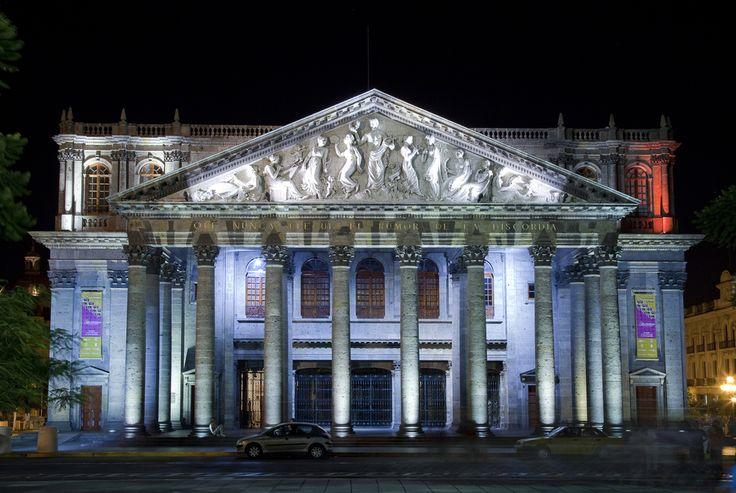 Imponente y majestuoso. Así se ve el Teatro Degollado de noche, entre las callecitas del Centro Histórico de #Guadalajara ¡Visítalo! #TeatroDegollado #CentroHistorico.  http://www.bestday.com.mx/Guadalajara/ReservaHoteles/
