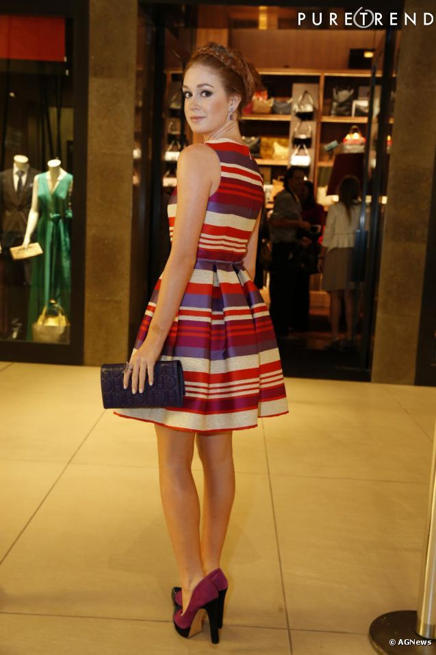 Marina Ruy Barbosa com vestido listrado Carolina Herrera na inauguração de nova loja da grife no Rio de Janeiro: