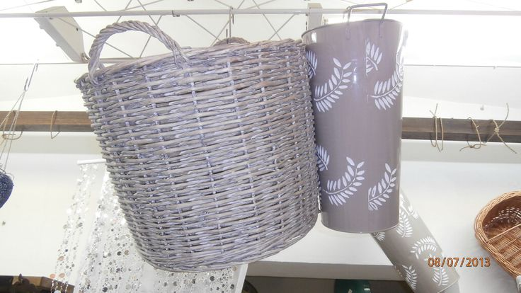 cestone porta legna in salice color grigio e porta ombrelli in latta