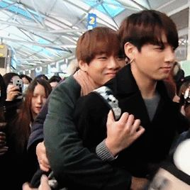 Aww V clinging to Jungkook so they don't get separated in the mess of a crowd. They're such cuties.
