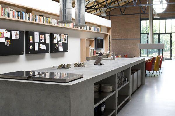 Maatwerk keuken. Keuken volledig opgebouwd uit beton en staal. Pitt Cooking kookplaat herrijst vanuit het blad.