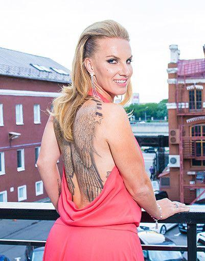 Любимая тема – крылья. Поэтому на спине исполнена большая татуировка