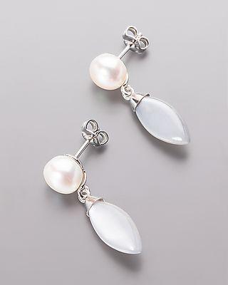 Silberne Ohrstecker mit Mondstein und Perle - Graue Mondsteine und cremefarbene Süßwasserzuchtperlen  Die #Mondsteine sind navetteförmitg geschiffen und unter den Perlen arrangiert worden. #Edelstein und #Perle stehen in enem harmonischen Verhältnis zueinander.  Die Mondsteine stammen aus #Afrika und bieten etwa 8 Karat. Bei den Perlen handelt es sich um Süßwasserzuchtperlen aus #China. #schmuck #sognidoro #sogni #doro #silber #ohr #stecker